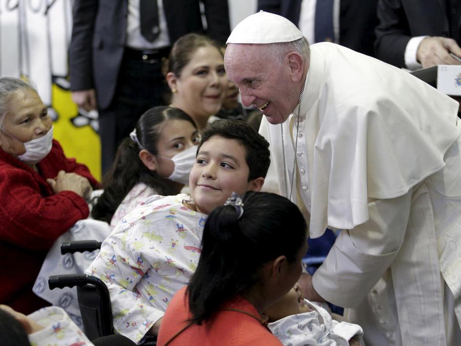 papa francisco con niños enfermos