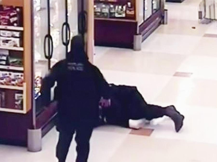 hombre ayuda a policia