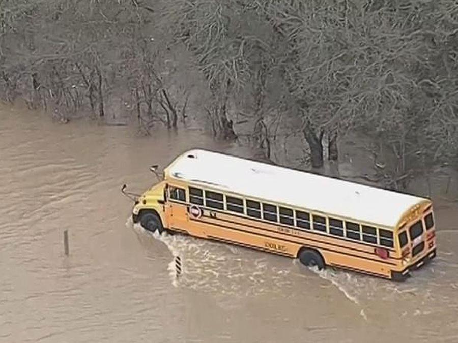 Inundaciones en Texas deja un autobús escolar con seis niños abordo