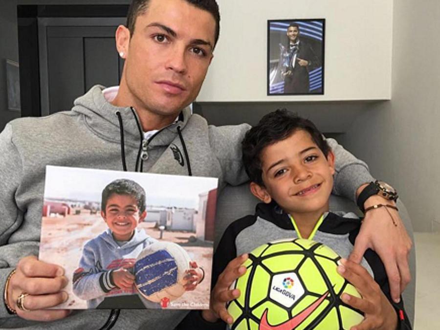 ronaldo con foto de niño sirio