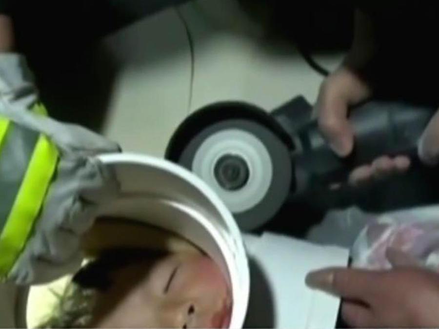 Un niño queda atrapado con la cabeza en una cañería