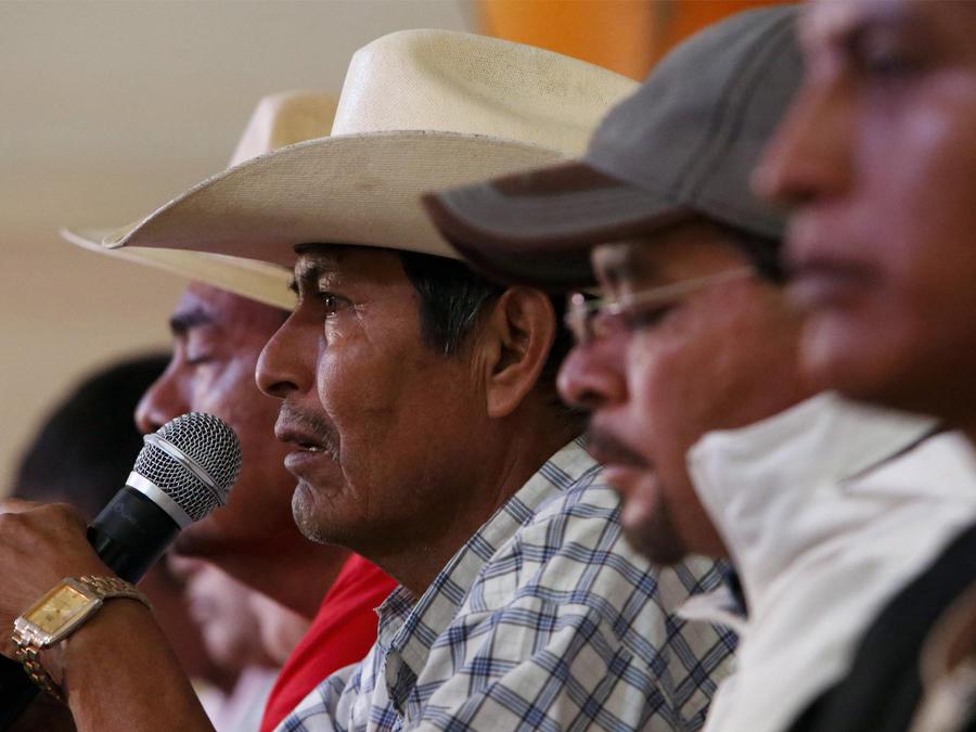 padres de normalistas mexicanos