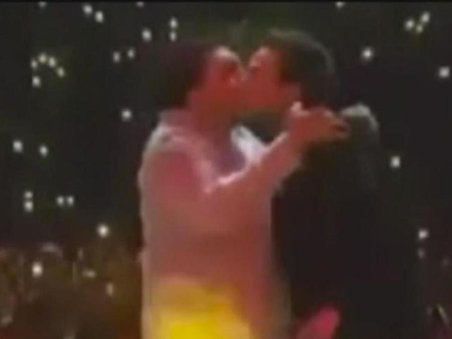 beso entre cantantes