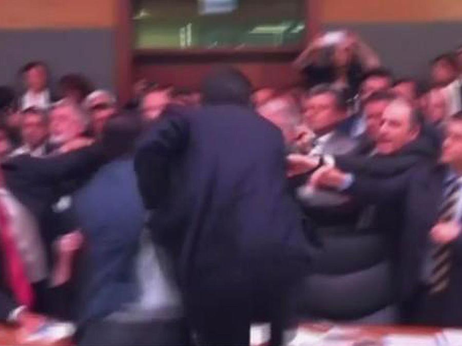 ¡Guerra campal en pleno parlamento turco!