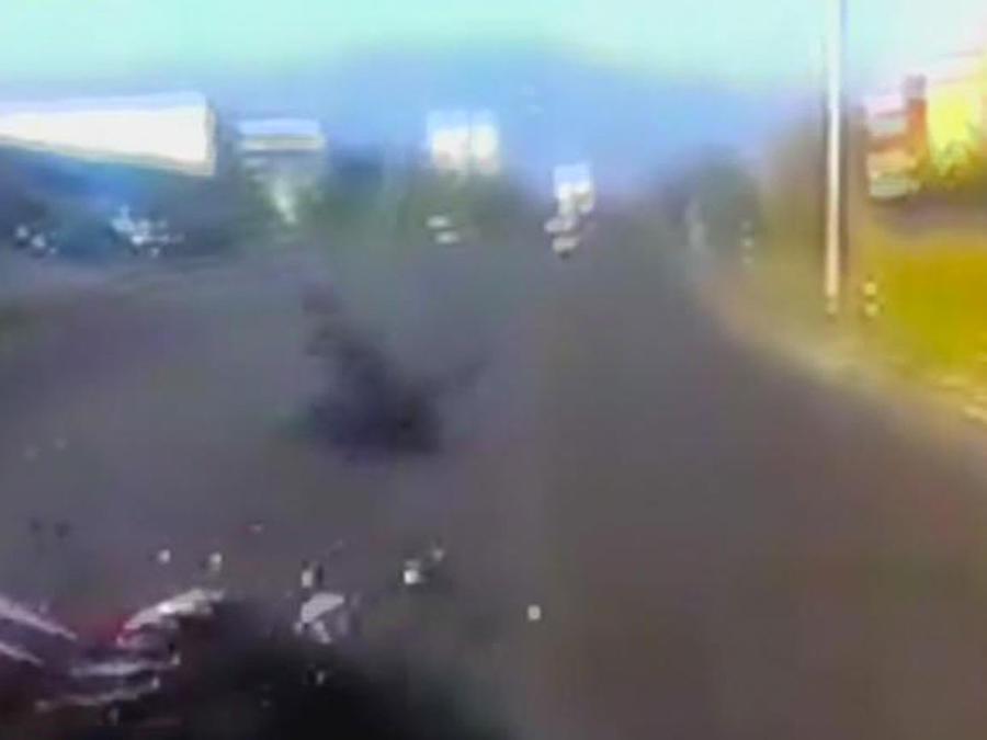motociclista choca con camioneta