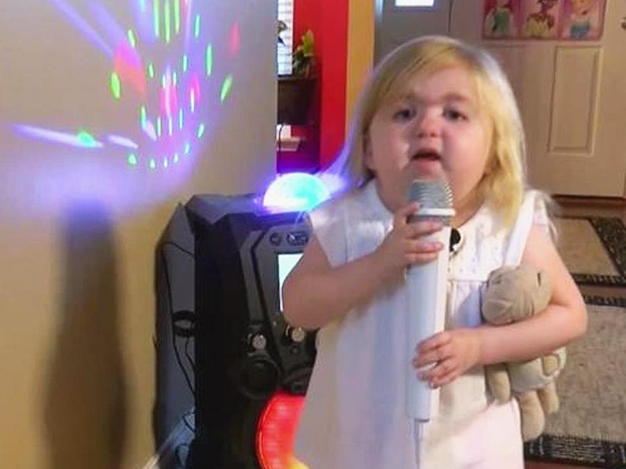 niña cantando karaoke