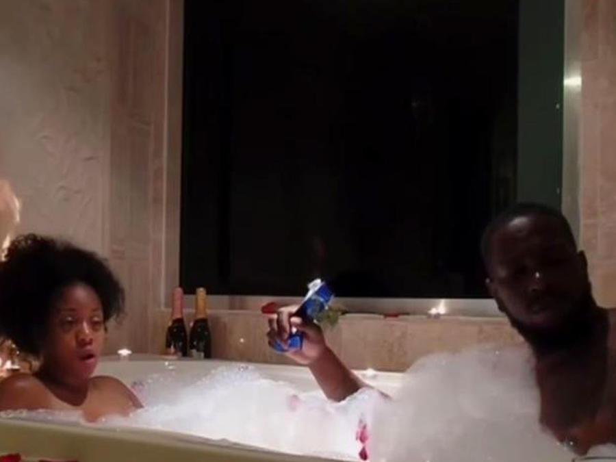 ¡Y subió la temperatura mientras tenían un baño de amor!