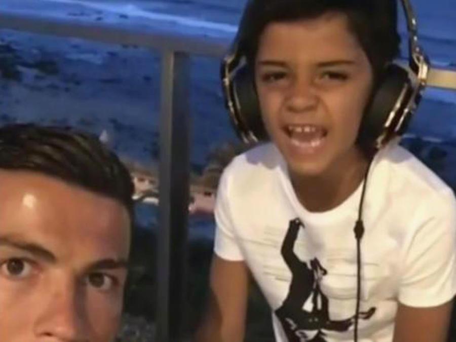 """El hijo de Cristiano Ronaldo ya es todo un """"reguetonero"""""""