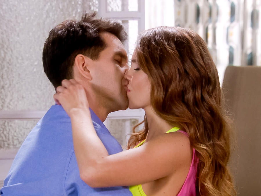 Arap Bethke besa a Maritza Bustamante en Eva la Trailera