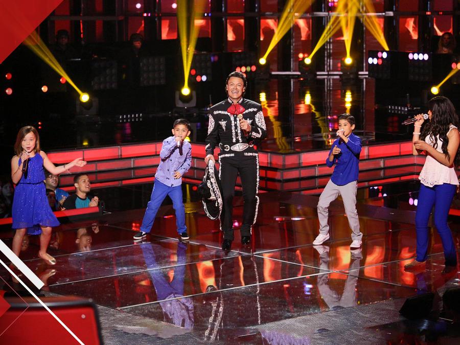 Pedro Fernández cantando con sus finalistas en la semifinal de La Voz Kids