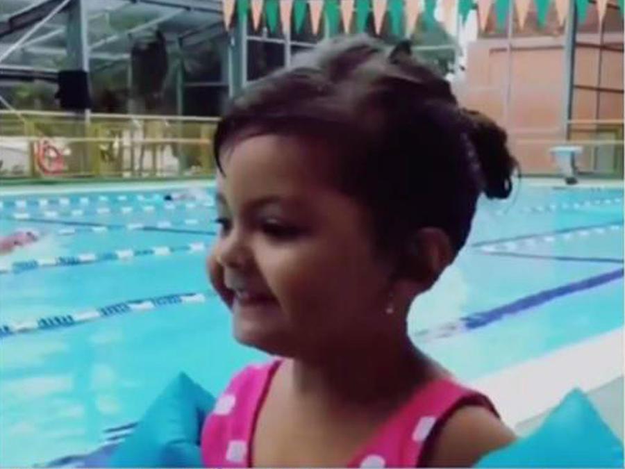 La nieta de Verónica Castro es toda una nadadora