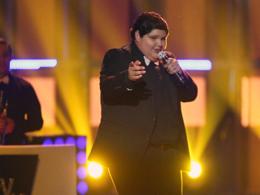 Christopher cantando en la final de La Voz Kids
