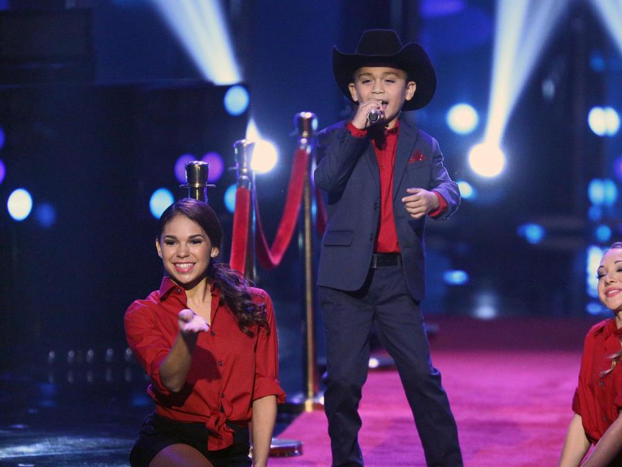 Joel cantando en la final de La Voz Kids