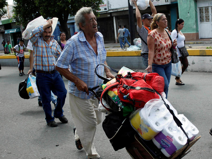 venezolanos cruzan hacia colombia