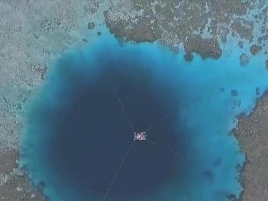 agujero azul en el mar