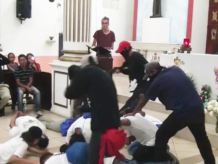 protestan escenificando masacre