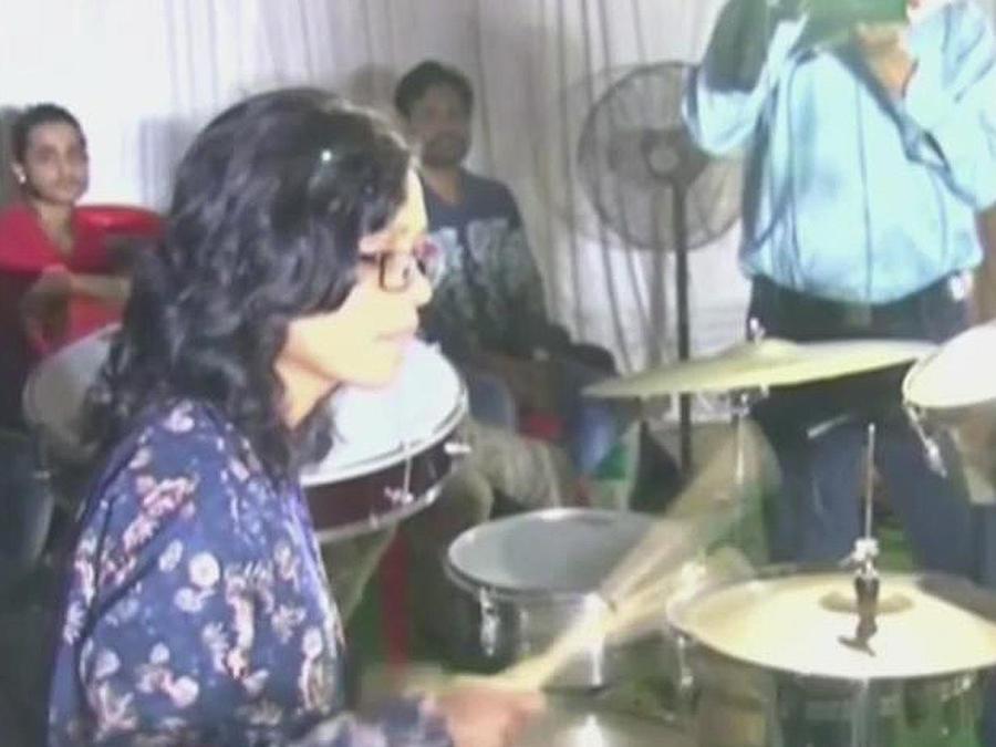 joven de india tocando bateria