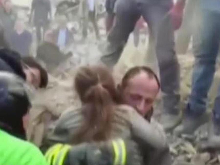 rescatan a niña de escombros