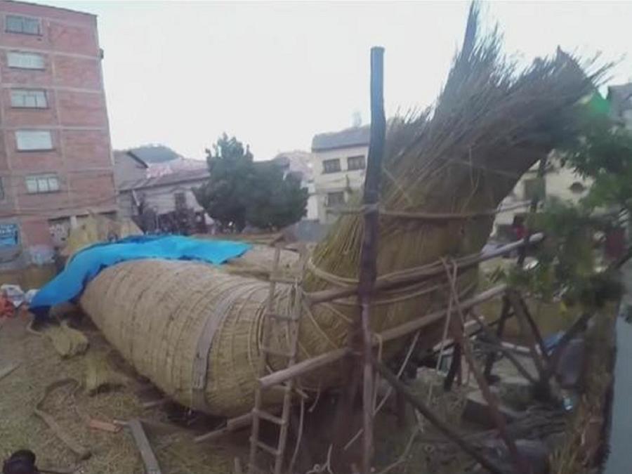 Bolivianos fabrican balsa gigante con totora