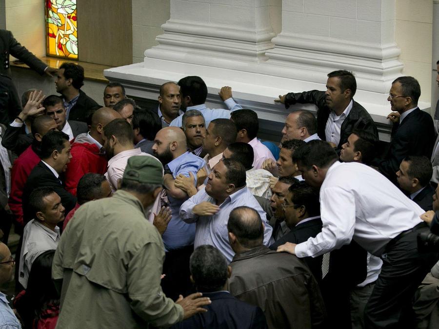 Chavistas irrumpen en asamblea