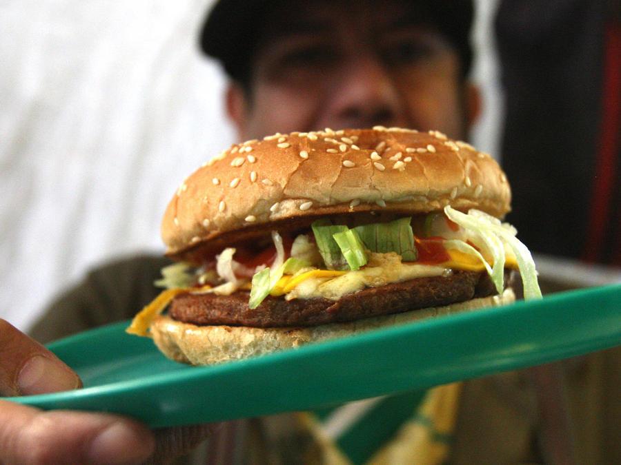 hombre muestra hamburguesa