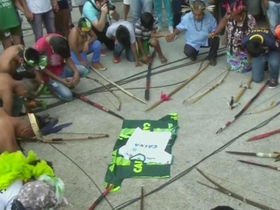 indigenas hacen ritual