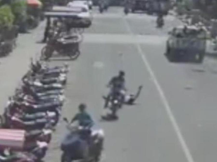 motociclista atropella peaton