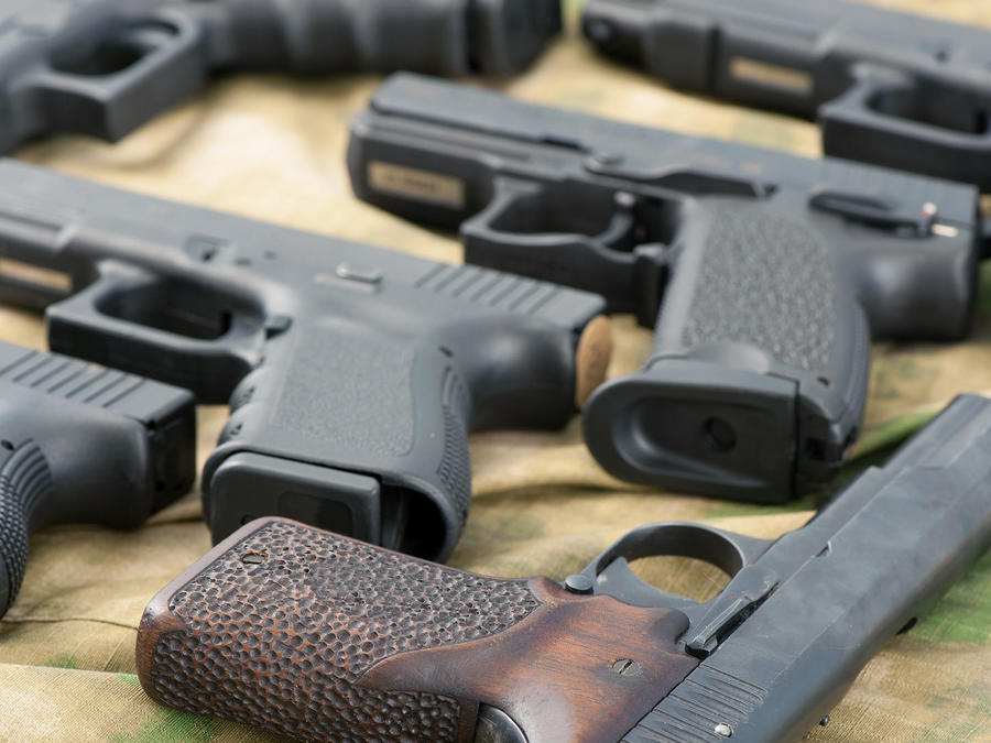varias pistolas