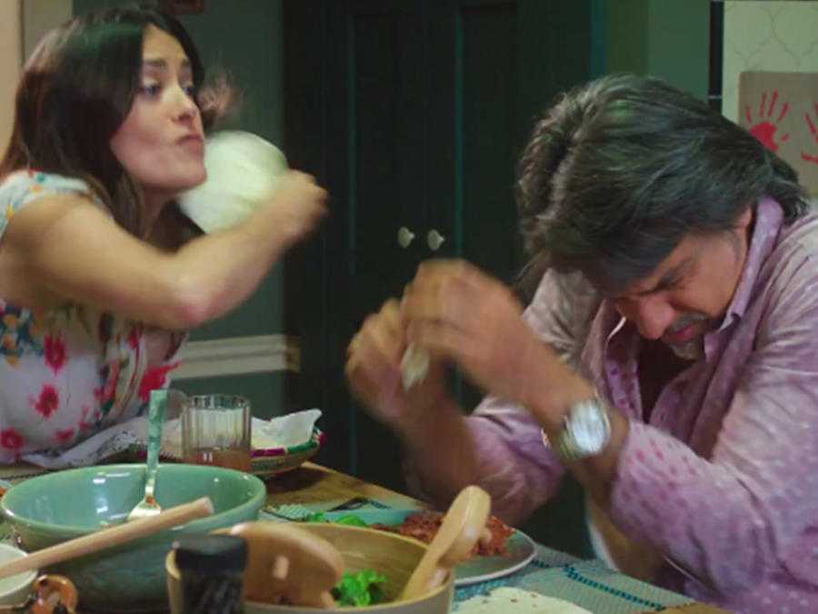 Salma Hayek le da una cachetada con una tortilla a Eugenio Derbez