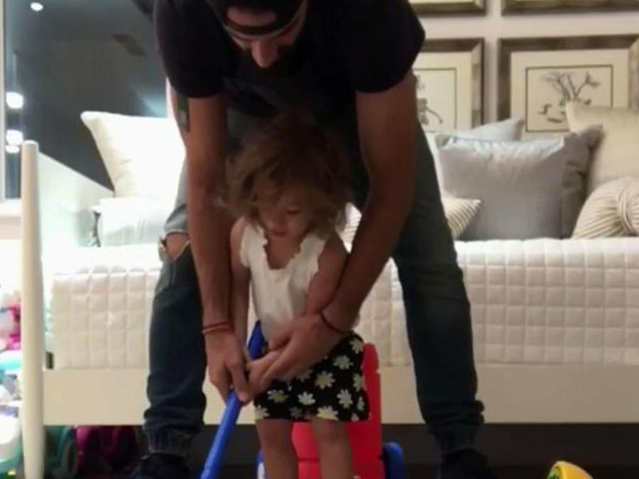 ¡Mira cómo nuestra princesita Alaia juega al golf!
