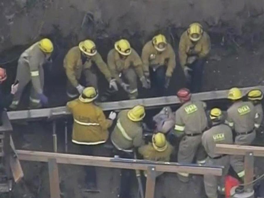 bomberos rescatan a obrero