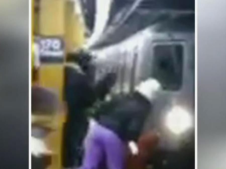Buscan a un hombre que empujó a otro a las vías del tren