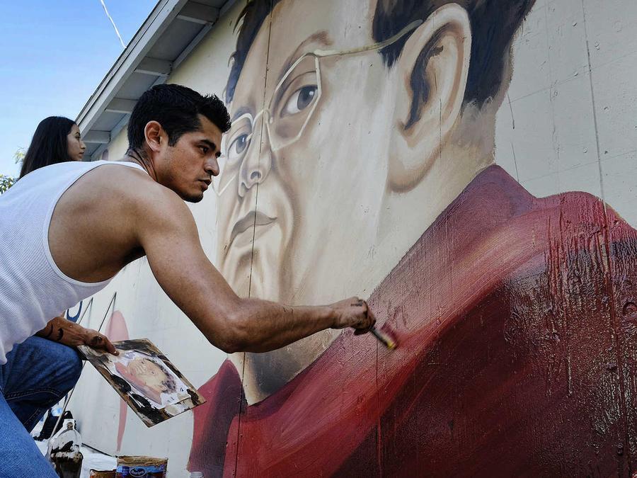 El pintor callejero que transforma una ciudad y su gente