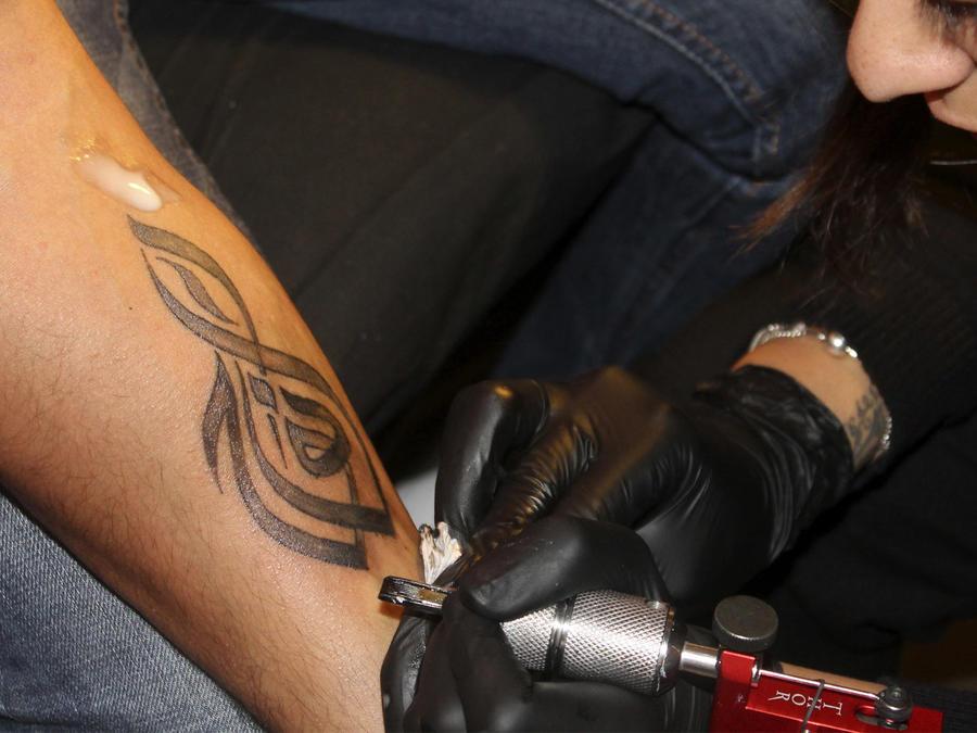 tatuando brazo