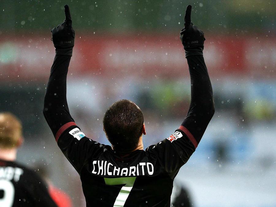 Dos golazos de Chicharito dan triunfo al Bayer Leverkusen