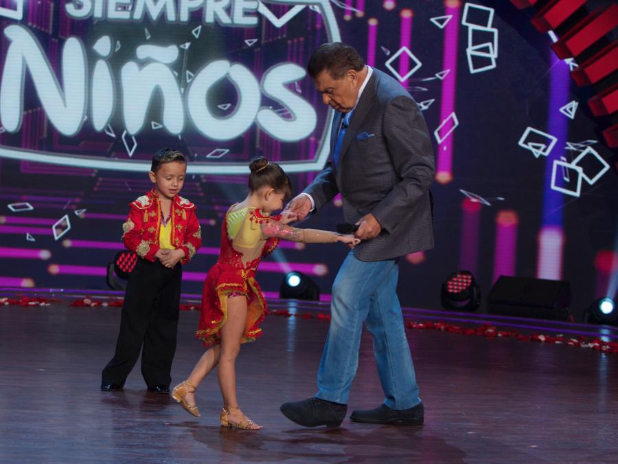 Bailarina de salsa le enseña algunos pasos a Don Francisco