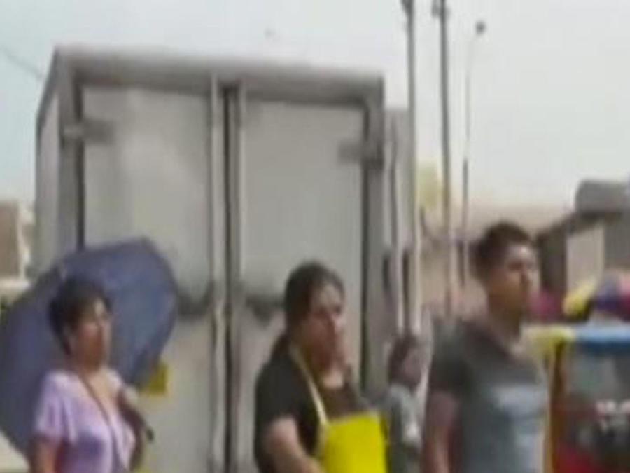 vendedora lanza lejia a policias
