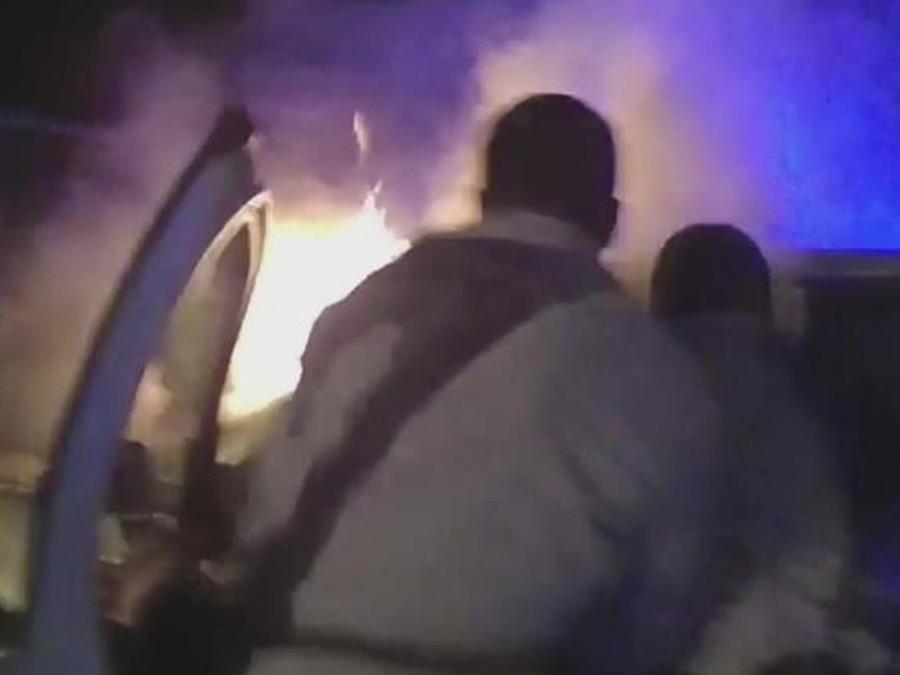 chofer atrapado en auto