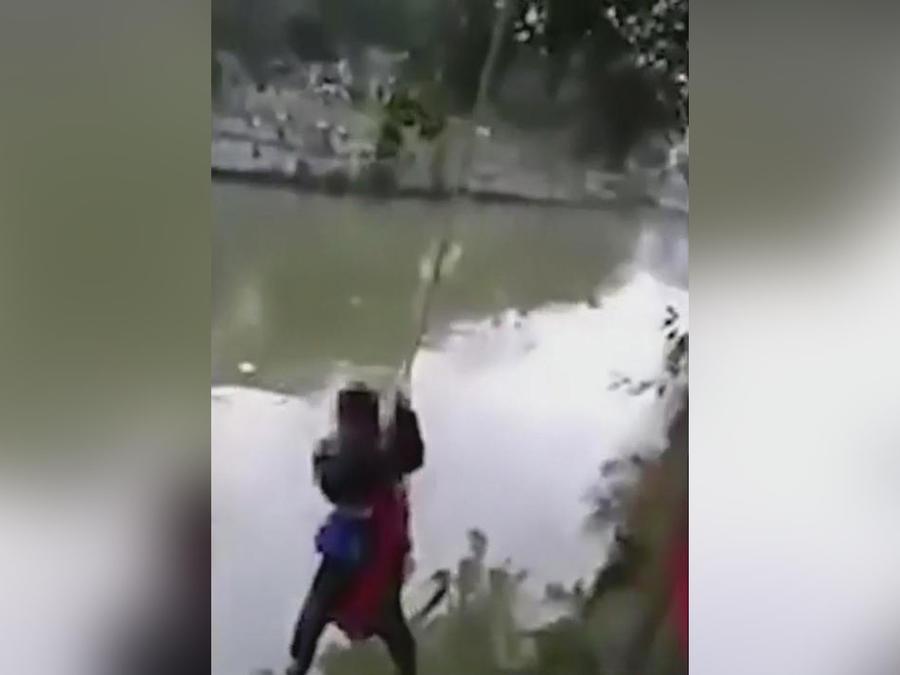 padre castiga a su hijo