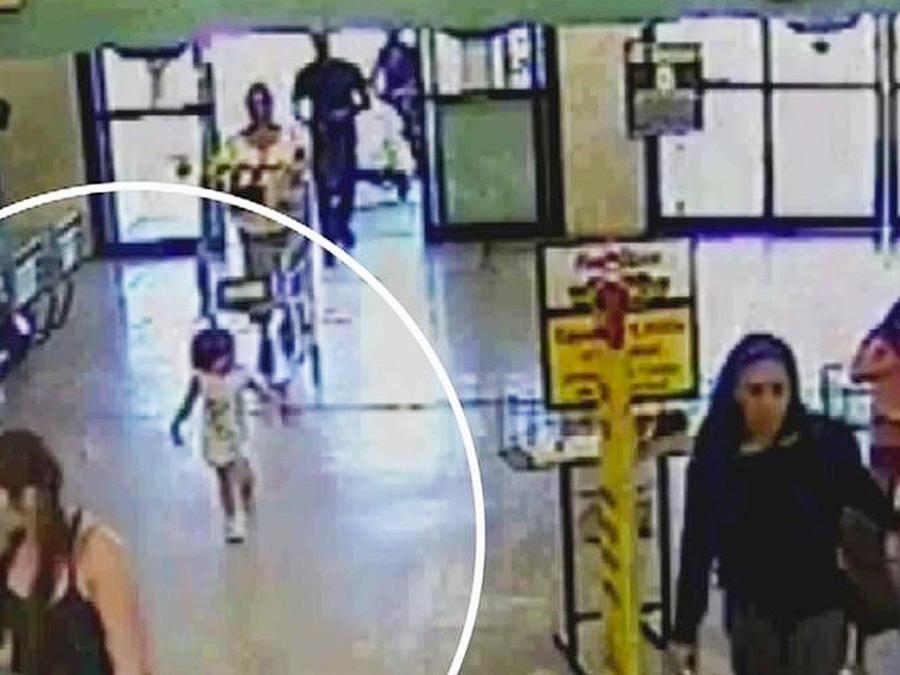 niña abandonada en supermercado