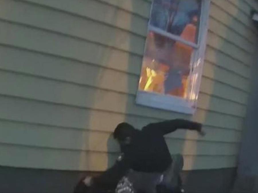 policia golpea a adolescente