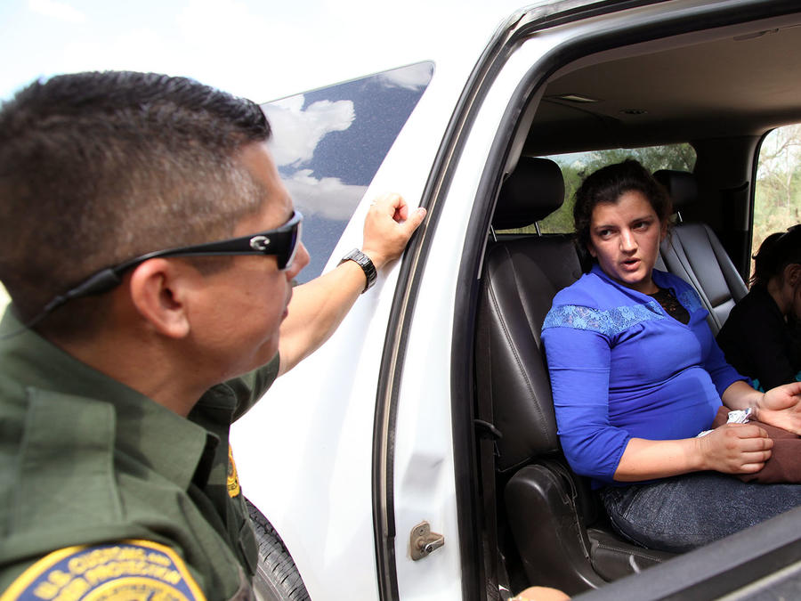 Salvadoreños deportados enfrentan dificultades para repatriar sus bienes