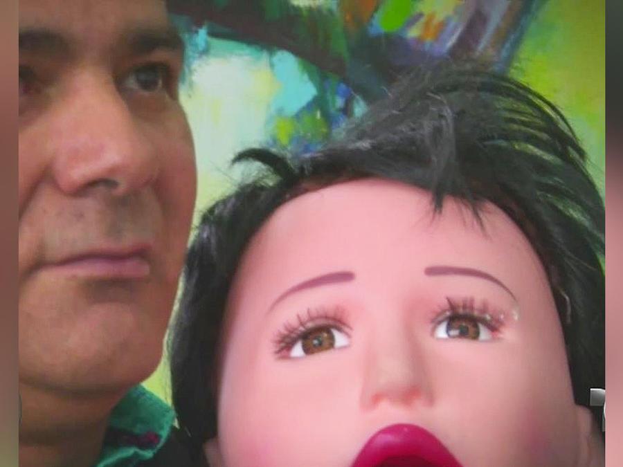 hombre se casa con muñeca