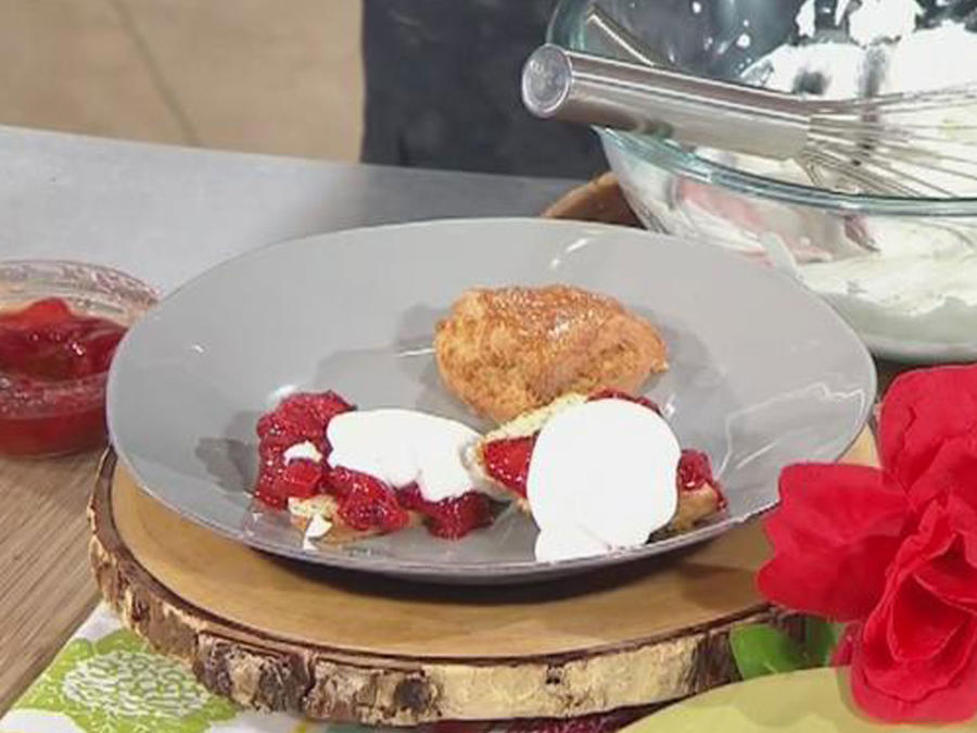 Recetas de cocina: Tortitas con fresas marinadas
