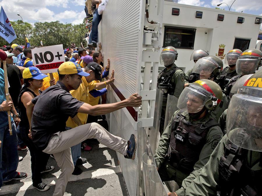 Oposición se moviliza en Caracas pese a rectificación del Supremo
