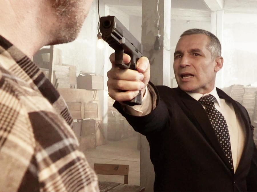 Juan Ríos Cantú, Rafael, con una pistola, La Doña