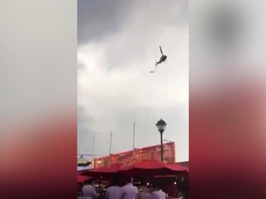 helicoptero lanza volantes