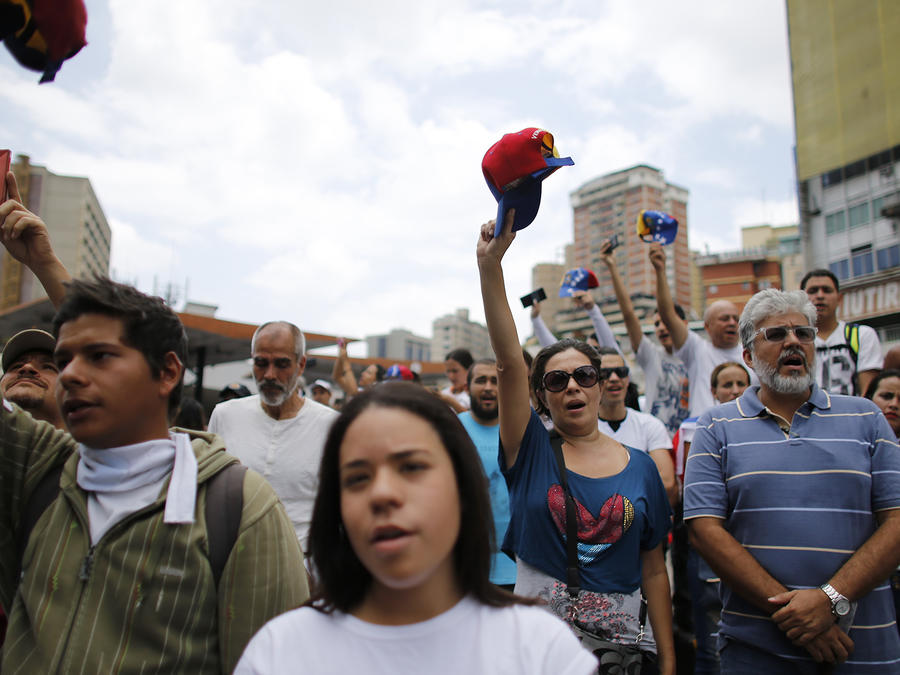 Venezolanos marchan para honrar a sus muertos durante las protestas