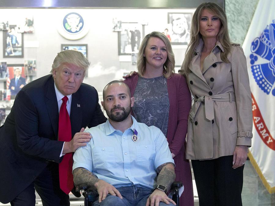 Trump condecora a militar hispano herido en Afganistán