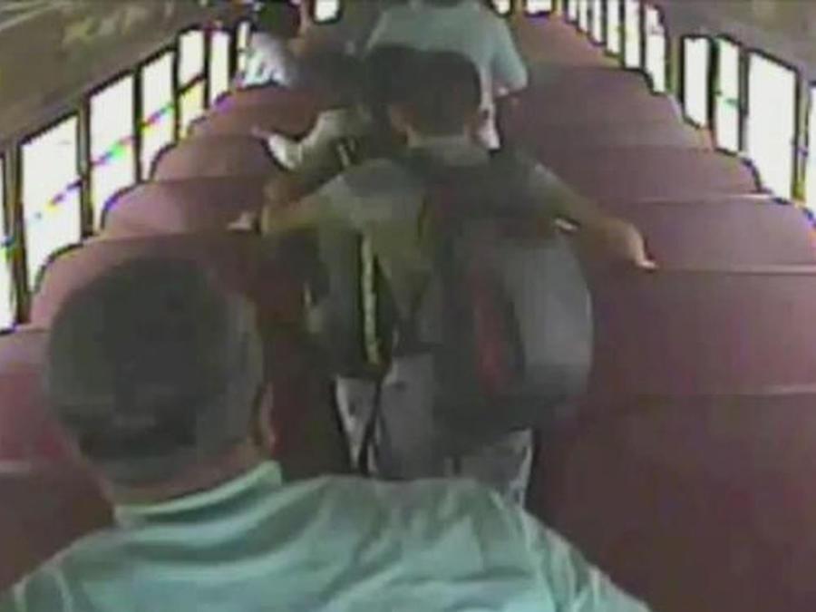 niños saliendo de autobus escolar